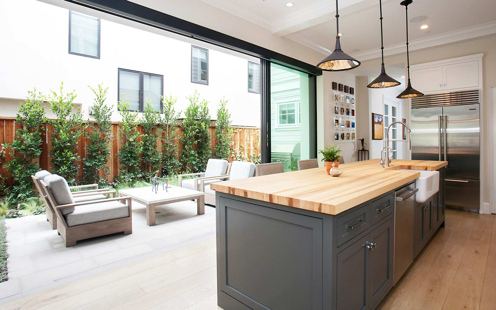 poppy-modern-farmhouse-kitchen-courtyard